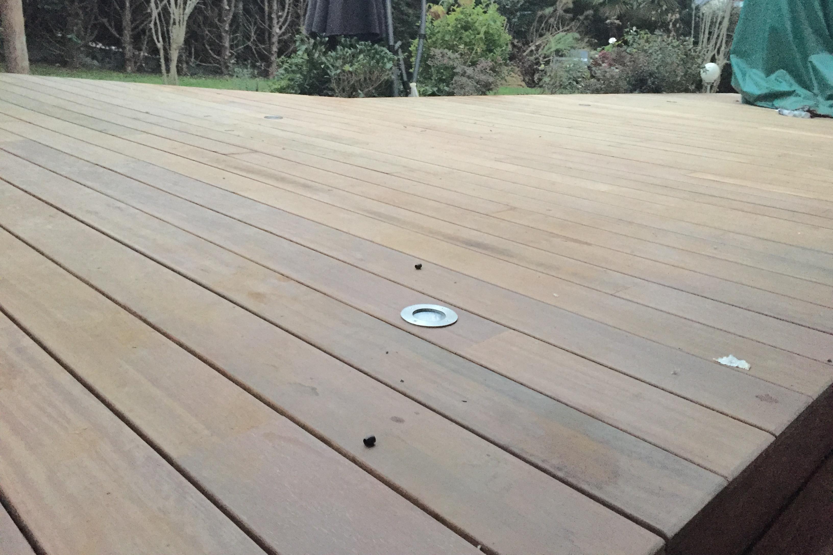 pose terrasse en bois avec spot lumière